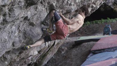 Photo of Adam Ondra e l'aggancio di ginocchio perfetto