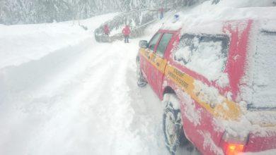 Photo of Soccorso Alpino porta ossigeno a una donna anziana isolata dalla neve in Friuli
