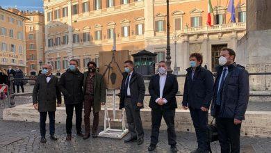 Photo of Artista valdostano pianta una piccozza simbolica davanti a Montecitorio
