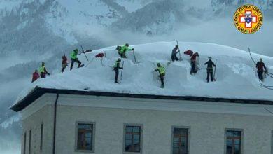 Photo of Troppa neve, il Soccorso Alpino sale…sui tetti!