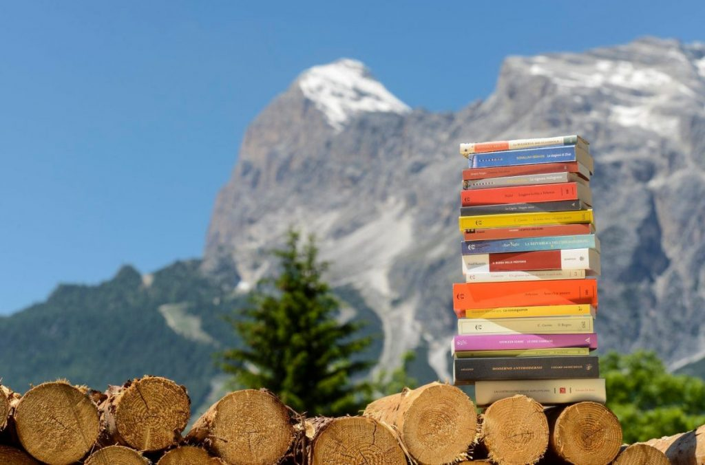 una montagna di libri, cortina